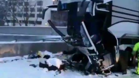 Svizzera, Flixbus finisce contro un muro: il veicolo distrutto