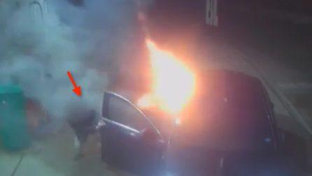 Riempie il taxi di benzina: le fiamme travolgono i passeggeri