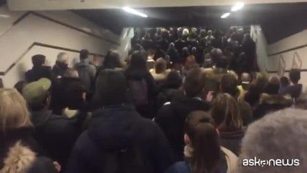 Caos metro a Roma, la fila impossibile dei passeggeri a Termini