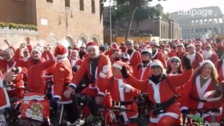 Roma invasa da Babbi Natale in bicicletta