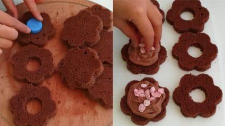 Usa un tappo per bucare i fiori di pan di spagna: il risultato è golosissimo