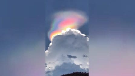 Una strana luce in cielo a forma di berretto: lo straordinario fenomeno