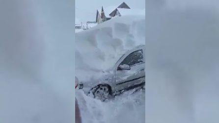 Il proprietario dell'auto ritrova la sua auto completamente sommersa: impressionante nevicata