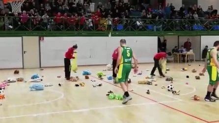 Teddy Bear Toss, l'iniziativa benefica per Natale nei palazzetti dove si gioca a basket