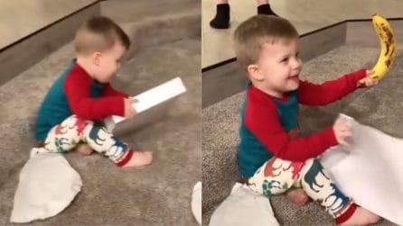 Riceve un insolito regalo per Natale: la reazione del bimbo è tenerissima