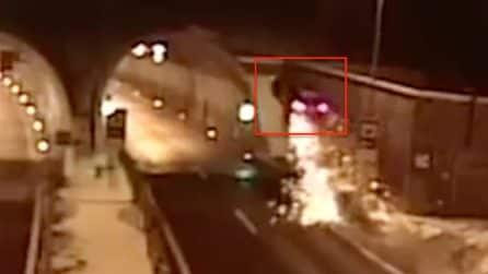 L'auto prende il volo in autostrada: l'incidente è assurdo