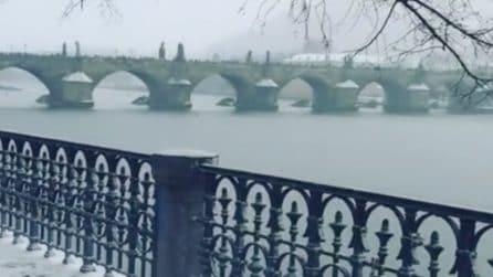 La nevicata imbianca la città: uno scenario meraviglioso costeggiando il fiume