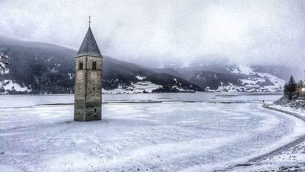 Il campanile spunta dal lago ghiacciato: un luogo da fiaba in Italia