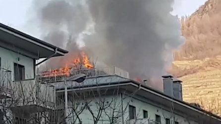 Sondrio, le fiamme divampano all'interno di un condominio: le immagini impressionanti