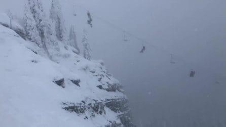 Sciatori rimangono bloccati per ore sullo sky lift: sospesi nel nulla