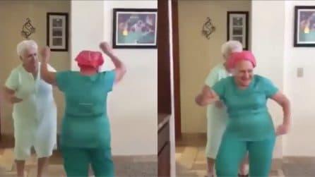 Quando l'età non conta, le due anziane si scatenano a colpi di bachata: le immagini esilaranti