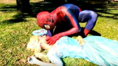 Spiderman salva Elsa di Frozen, cosa potrebbe succedere se i racconti si incrociassero