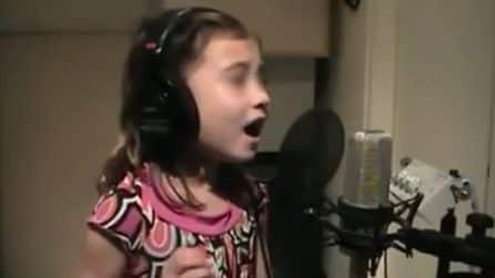 Tutta la magia del Natale racchiusa nel suono della sua voce: la bimba incanta tutti