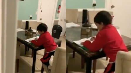 Coglie suo figlio in flagrante mentre fa i compiti: la scena esilarante