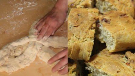 Treccia di pane con olive, salame e formaggio: soffice e gustoso