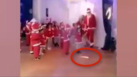 Fuochi d'artificio scoppiano sui bambini durante la recita: terrore all'asilo