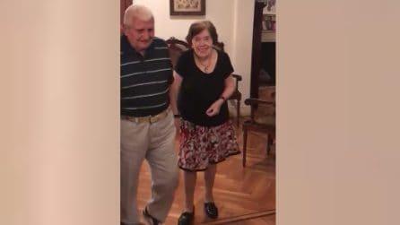 90 anni, una vita insieme e ancora voglia di ballare: le immagini scaldano il cuore