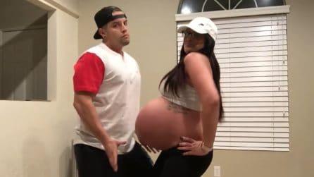 Il suo pancione è enorme ma lei si scatena con il marito: il ballo divertente