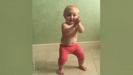 Questo bimbo ha inventato un nuovo ballo: da morire dal ridere