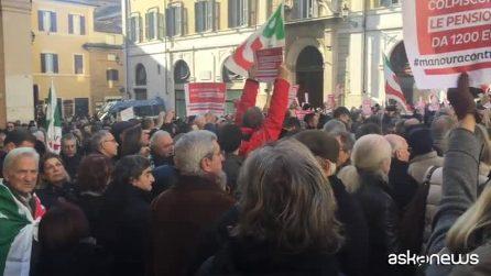 """Pd in piazza contro la manovra, i militanti gridano: """"Unità!"""""""