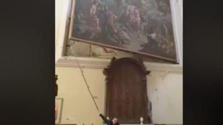 Dietro al quadro c'è un'autentica sorpresa: le meraviglie di Napoli