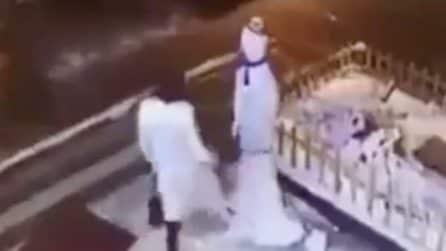 Vuole rovinare il Natale ai bambini: ma il pupazzo di neve si vendica contro di lei