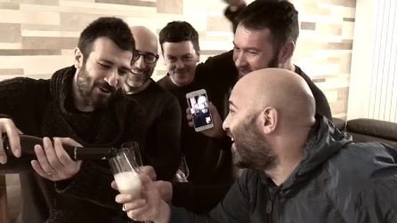 Il ritorno in video di Lele Spedicato dei Negramaro: gli auguri di buon anno della band
