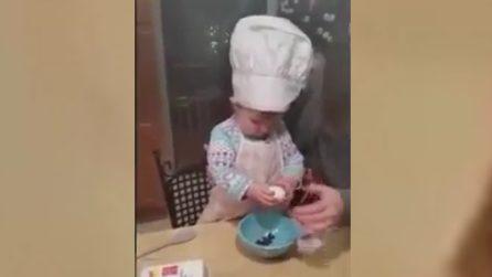 La bimba chef: rompe e sbatte le uova come un'esperta