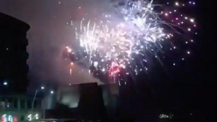 Capodanno 2019 a Napoli, i fuochi d'artificio illuminano il Castel Dell'Ovo e il lungomare