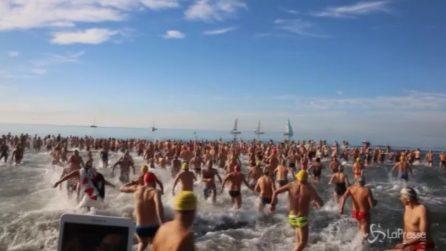 Viareggio, oltre 600 persone si tuffano in mare: il tradizionale bagno di Capodanno