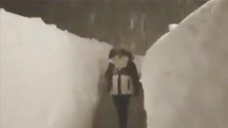 Passa attraverso un corridoio di ghiaccio: le immagini impressionanti durante la nevicata
