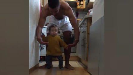 La bimba si lascia andare da sola per la prima volta: i genitori immortalano il momento emozionante