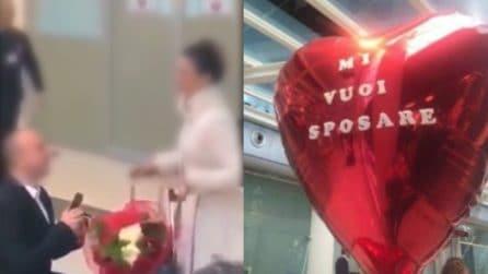 Le chiede di sposarlo in aeroporto: lei rifiuta e scappa via