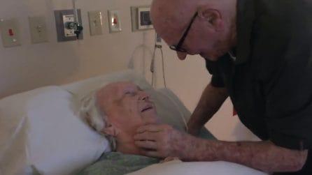 Sua moglie è in fin di vita e lui le canta la loro canzone: un legame indissolubile