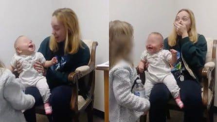 Sente la voce della sorellina per la prima volta: la reazione della bambina è esilarante