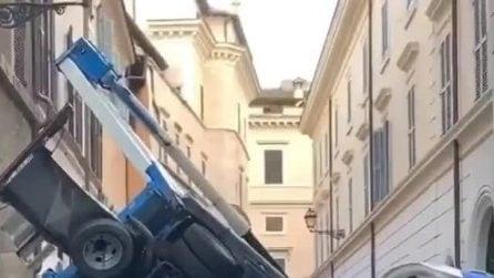 Spettacolare incidente: si ribalta un camion gru su via della Barchetta: si ribalta un camion gru