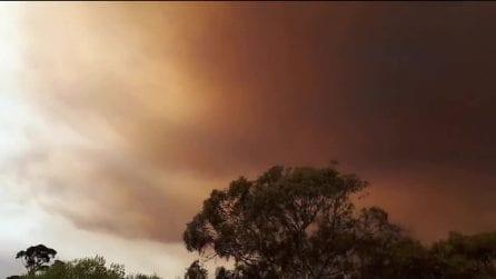 Il cielo si tinge improvvisamente di rosso: lo scenario apocalittico