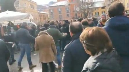 """Matteo Salvini contestato a Teramo: """"Mer..."""", """"Odio la Lega"""", """"Siamo tutti terroni"""""""