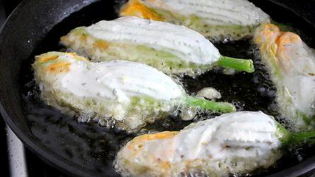 Fiori di zucca in pastella croccanti: uno tira l'altro