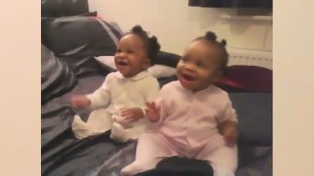 Mamma canta una canzoncina: le gemelline impazziscono di gioia