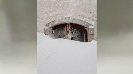 Un intero paese sommerso da oltre un metro di neve: temperatura -10°