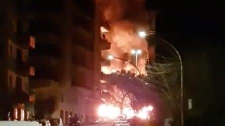 Roma, bus Atac in fiamme: paura in strada