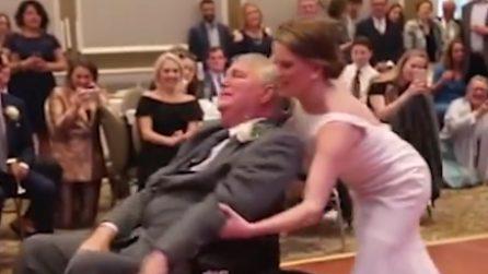 La sposa non rinuncia al ballo con il suo papà disabile: l'emozione è indescrivibile