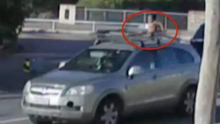 È sul tetto dell'auto e indossa solo il pannolino: il bambino rischia la vita