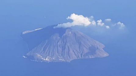 Stromboli, attività vulcanica e scossa di magnitudo 3.6: le immagini dell'eruzione
