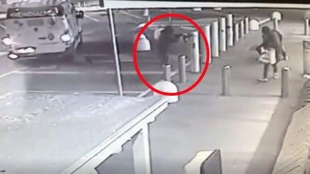 Rapina con kalashnikov all'Eurospin di Cologno Monzese: le immagini dell'agguato al portavalori