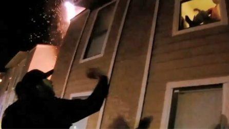 L'appartamento è divorato dalle fiamme e il bambino è imprigionato: attimi di puro terrore