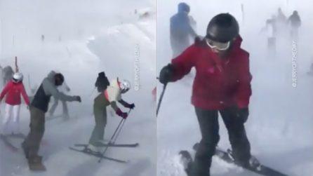 Gli sciatori cercano di scendere a valle, ma il vento è troppo forte: le lotte contro la tormenta