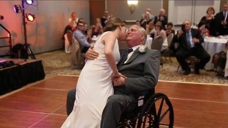 Il padre è in fin di vita ma non manca al matrimonio della figlia: la scena fa piangere tutti