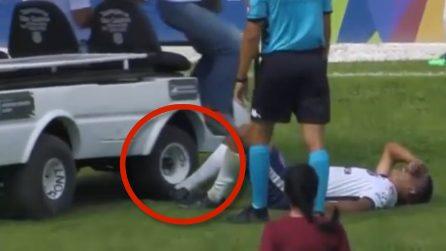 Il calciatore è dolorante a terra, ma quello che accade è paradossale